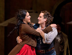 Anna Netrebko and Matthew Polenzani in &lt;i&gt;L&#039;Elisir d&#039;Amore&lt;/i&gt;