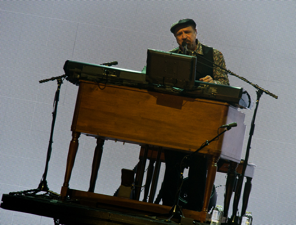 Felix Cavaliere sings along from behind the piano.<br />(© David Gordon)