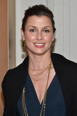 Bridget Moynahan smiles for the cameras on her way into the Schoenfeld Theatre.<br />(© David Gordon)