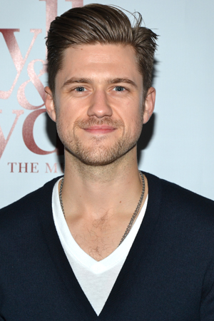 <i>Les Misérables</i>' Aaron Tveit shows us how to don a cardigan.<br />(© David Gordon)