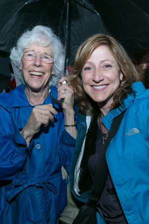 Frances Sternhagen and Edie Falco share an umbrella.<br />(© Simon Luethi)