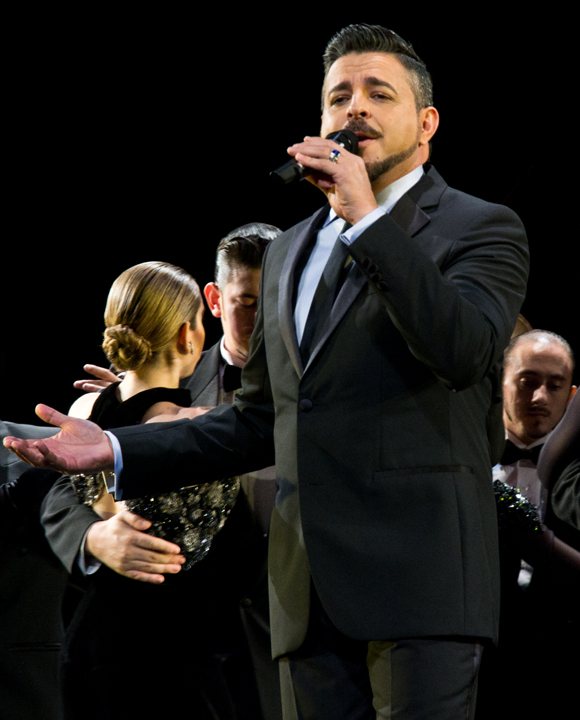 "Four-time Grammy Award winner Luis Enrique sings his hit song ""Yo No Se Mañana."""