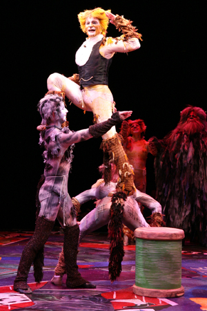 Jonathan Stahl as Skimbleshanks dances alongside fellow cast members.<br />(© Paul Lyden)