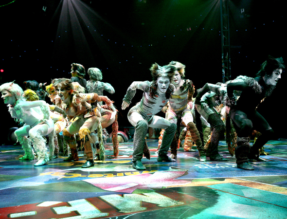 The cast of <i>Cats</i> sings Jellicle songs at North Shore Music Theatre.<br />(© Paul Lyden)
