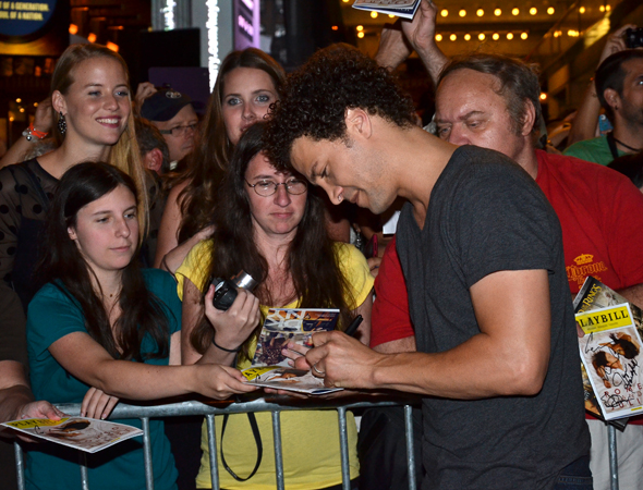 Justin Guarini makes an eager fan very happy.<br />(© David Gordon)
