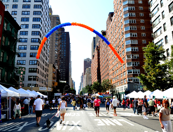 The TheaterMania block was highlighted by orange and blue balloons.<br />(© David Gordon)